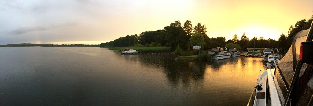 21:02 Uhr zwischen den Regengüssen am Wolziger See mit Regenbogen