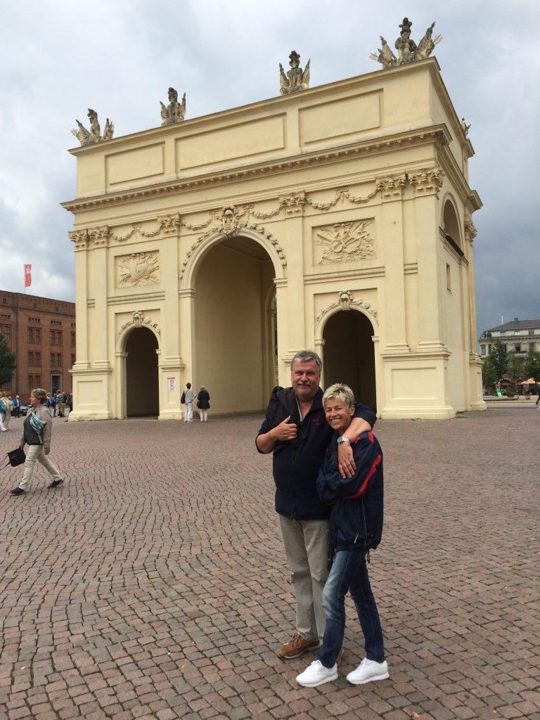 Bernd und Gisi vor dem Brandenburger Tor in Potsdam