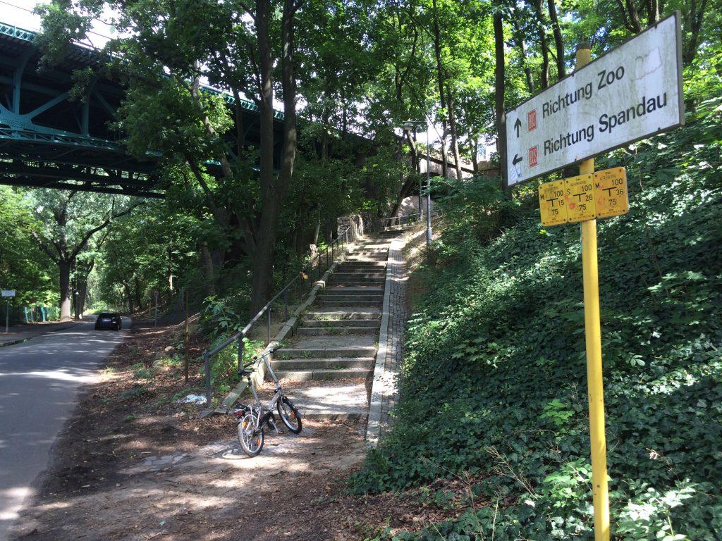 Fahrrad hochtragen zur Heerstrasse am Stoessensee